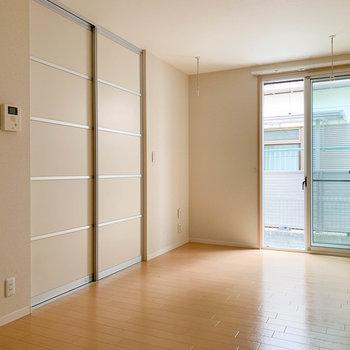 左のスライド扉が収納と玄関に繋がってます。