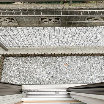 窓の外には、ベランダ的ゾーン。コンパクトです。