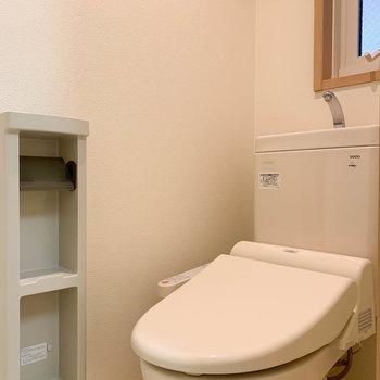 サニタリー左にトイレです。小窓があると、閉塞感がなくて良い。