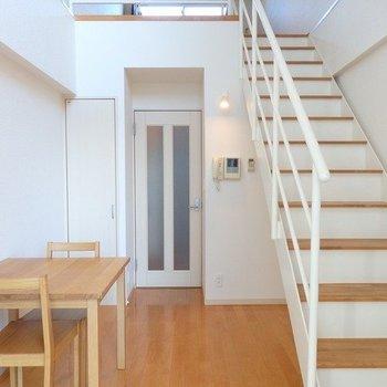 階段もしっかりしていて安定感ある!※写真は3階の同間取り別部屋のものです
