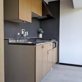 明るい雰囲気のキッチン。真っ赤な配管もオシャレだな〜※写真は4階の反転間取り別部屋、モデルルームのものです