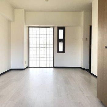 ガラスブロックから光が柔らかく入ります。※写真は4階の反転間取り別部屋のものです