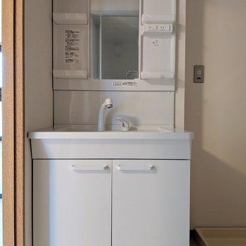 独立洗面台は嬉しい!※写真は4階の反転間取り別部屋、モデルルームのものです