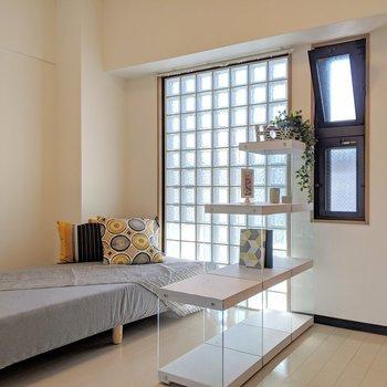南面のガラスブロック。柔らかい明るい光が照らします。※写真は4階の反転間取り別部屋、モデルルームのものです