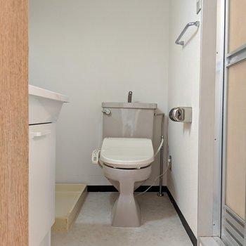 トイレはウォシュレット付き。※写真は4階の反転間取り別部屋、モデルルームのものです