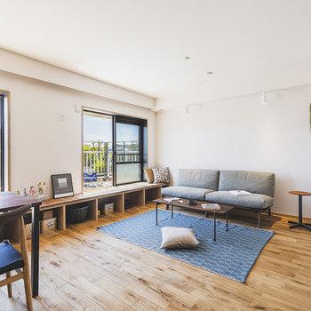 ダイニングとリビングは程よく空間分け。※家具はサンプルです