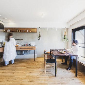 リビングと一体的なキッチンとウッドデッキ。※家具はサンプルです