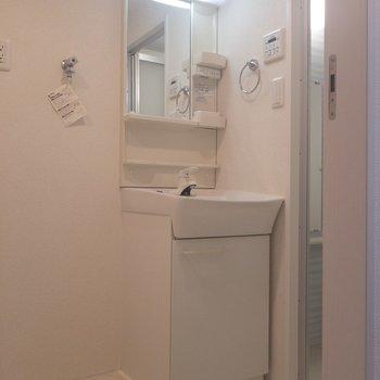 洗面台は独立です♪※写真は2階の同間取り別部屋のものです