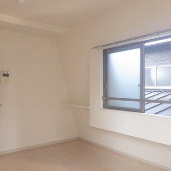 窓の横にちょっとした棚が。※写真は2階の同間取り別部屋のものです