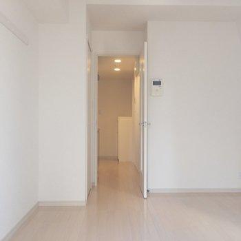 扉の向こうにキッチンと玄関が。※写真は2階の同間取り別部屋のものです