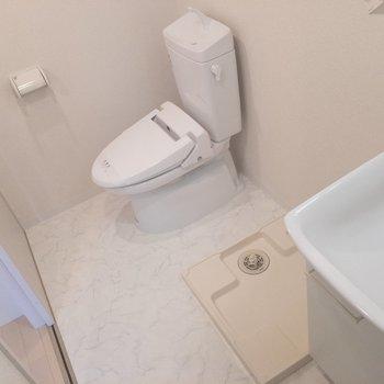 脱衣所に来ました。トイレと洗濯機置き場はここに。※写真は2階の同間取り別部屋のものです