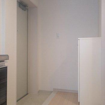 玄関に来ましたよ〜※写真は2階の同間取り別部屋のものです