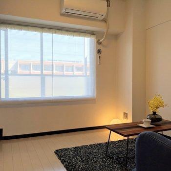 ソファでくつろぎながら美しい景色を眺めよう。※写真は4階の反転間取り別部屋、モデルルームのものです