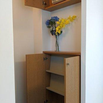 コンパクトなシューズボックス。※写真は4階の反転間取り別部屋、モデルルームのものです