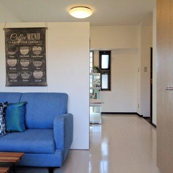 家具を真ん中に配置して寝食分けてもいいよね。※写真は4階の反転間取り別部屋、モデルルームのものです