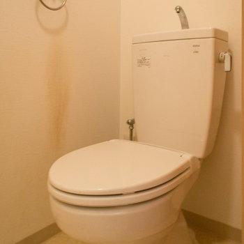 トイレの上は収納棚付き※写真は4階の同間取り別部屋のものです