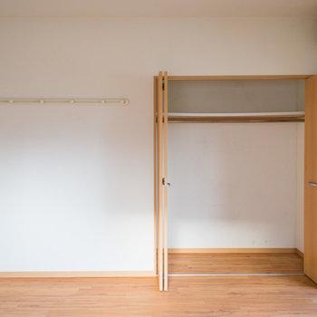 クローゼットとウォールハンガーもついてます。※写真は4階の同間取り別部屋のものです