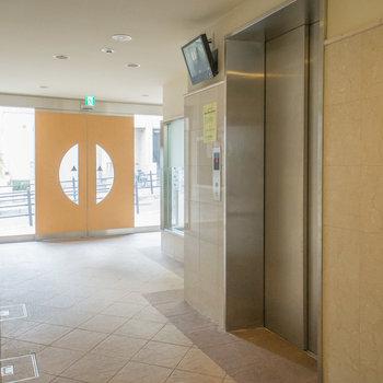 エレベーターにはモニターが付いてて安心