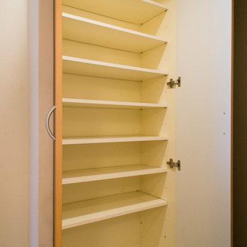 シューズボックスもたっぷり入ります。※写真は4階の同間取り別部屋のものです