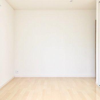 洋室②】シンプルなお部屋を自分色へ。
