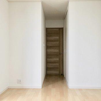 洋室①】入り口にクローゼットがあります。