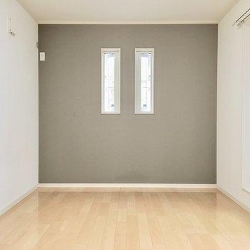 洋室①】2本のスリッド窓がアクセント。