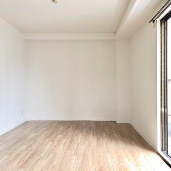 洋室ではソファを置いて、壁に映画を映し出したり。