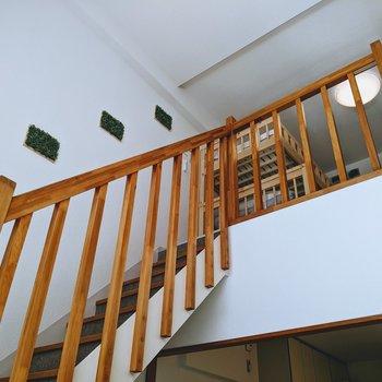 本格的な手すり付きの階段で心が躍ります。