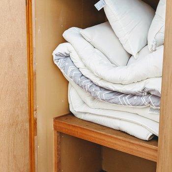 こちらの収納は2段式。布団を出すと大容量なスペースに。