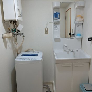 独立洗面台。隣には洗濯機が置かれています。