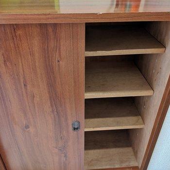 木造でシンプルな作りのシューズボックス。