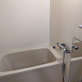 お風呂場はコンパクトサイズ。