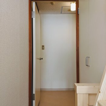 9階の奥の扉は洗面所・浴室につながっています。