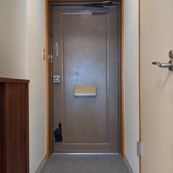 レトロな色合いの玄関扉。