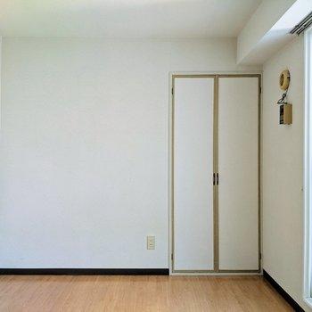 【洋室】白ベースの落ち着ける空間です。