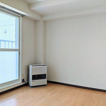 【洋室】約6帖の広さ。ゆったりと大きめのベッドがおけますね。