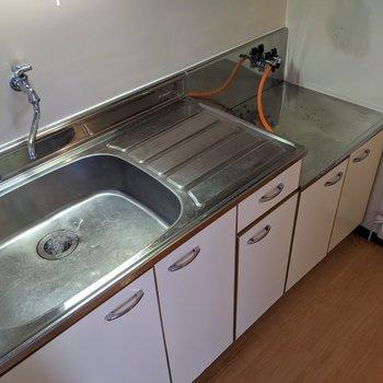 ゆとりのあるキッチンです。コンロは持ち込みなので多機能なものをどうぞ。