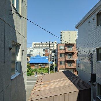 【洋室】隣に建物はありますが、正面にはないので風通しは良いです。
