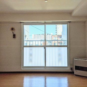 【洋室】窓は西向きです。午前は優しい光が差し込みます。