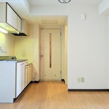 【ダイニング】玄関から入ってすぐにキッチンがあります。