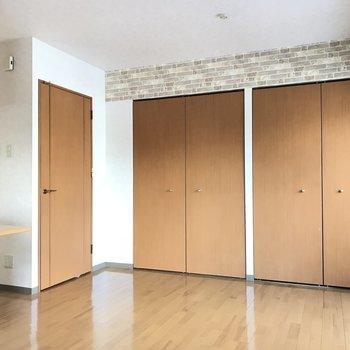 扉の色合いもナチュラル※写真は同間取り別部屋