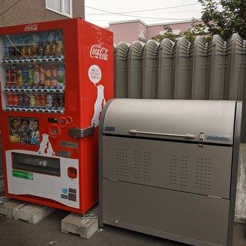 エントランス前にはゴミボックスと自動販売機があります。