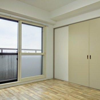 【洋室】北向きの窓。こちらのお部屋からもベランダに出られます。