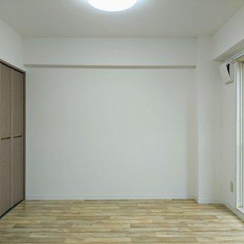 【洋室】約5.5帖のお部屋。寝室にすると良さそうですね〜。