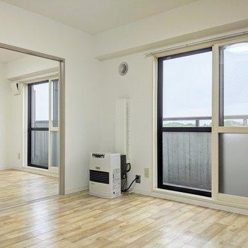 扉を開くと明るく開放的なお部屋になります。