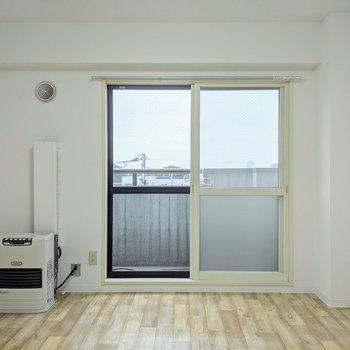 【リビング】窓は北向き、ベランダに出られます。優しい明るさのお部屋。