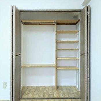 【洋室】クローゼットは、分類がしやすい棚付きですよ。