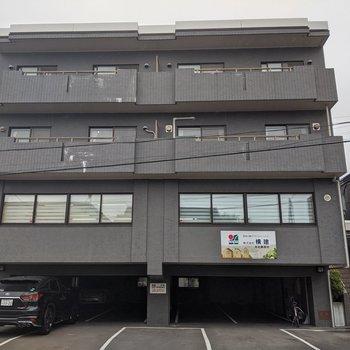 1階部分は駐車場、2階部分は会社となっている建物。