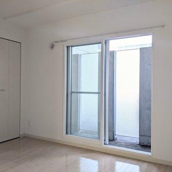 【4.6帖洋室】窓は南向き。直射日光はあまりあたらず暑くなりすぎることはありません。