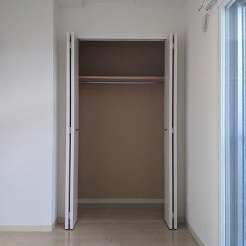 【4.6帖洋室】クローゼットにはハンガーパイプがあります。衣類も収納できますよ。